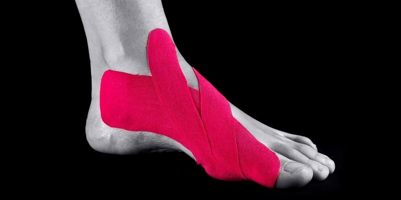 Как выполнять тейпирование большого пальца ноги?